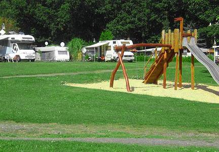 Unser Spielplatz liegt ideal zwischen Campern und See
